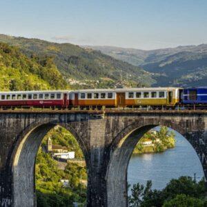 Train dans la vallée du Douro